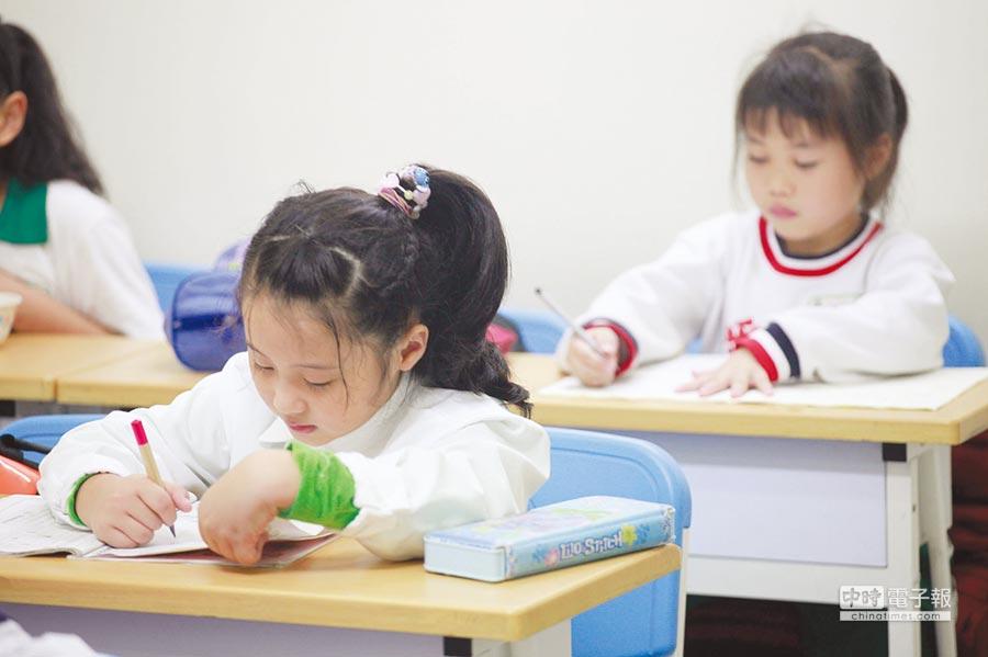 統計台灣4年大學的學雜費約需新台幣21~40萬元不等,赴美深造則需482~564萬元,家長對孩子的教育金宜兩步打造。圖/本報資料照片