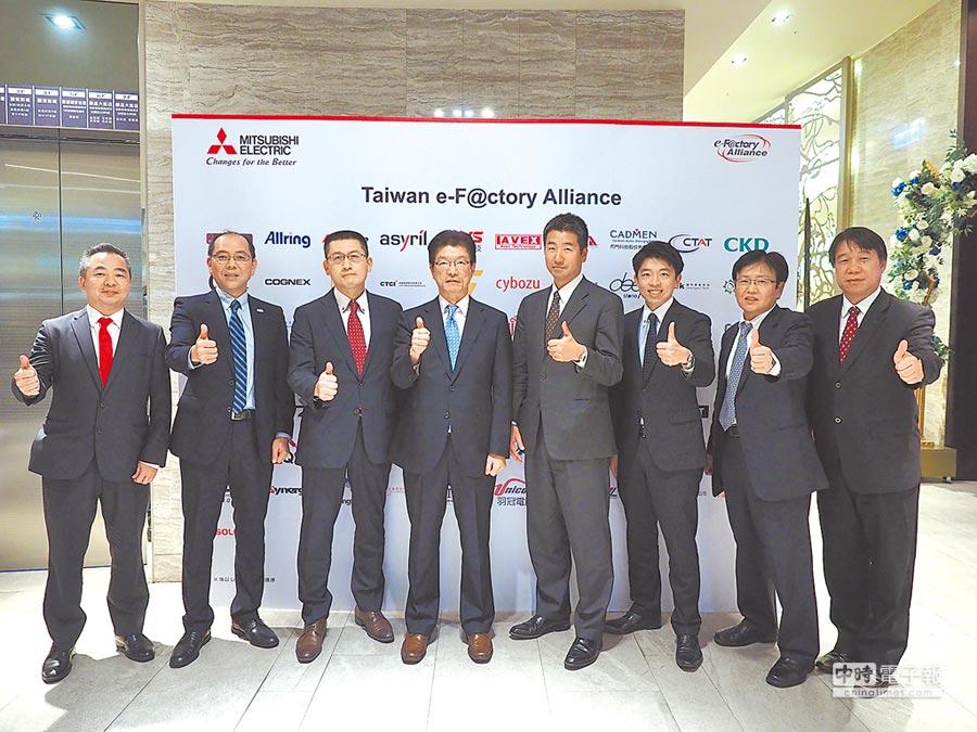 台灣三菱電機董事長花岡尚夫(左四)和團隊為第二屆台灣e-F@ctory Alliance大會圓滿落幕喝采。圖/業者提供