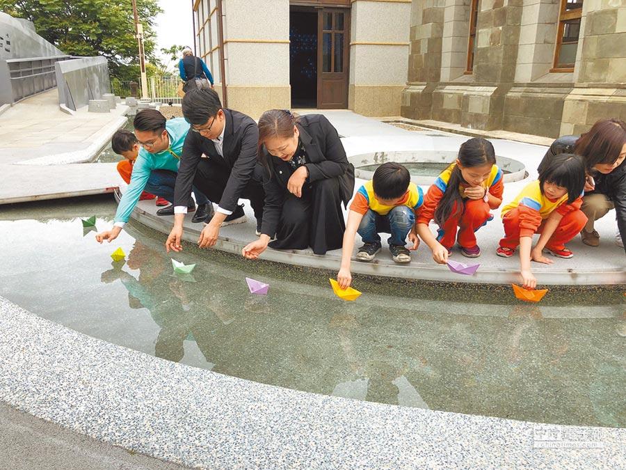 新竹水道取水口展示館內呈現關於水的故事,館外則有水池、溜滑梯等,適合市民共同參與。(莊旻靜攝)