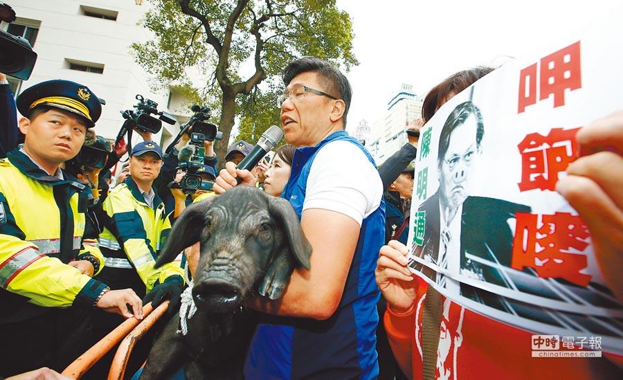 新北市議員陳明義(右)2日牽豬到陸委會抗議,要求陳明通道歉。(本報系記者劉宗龍攝)