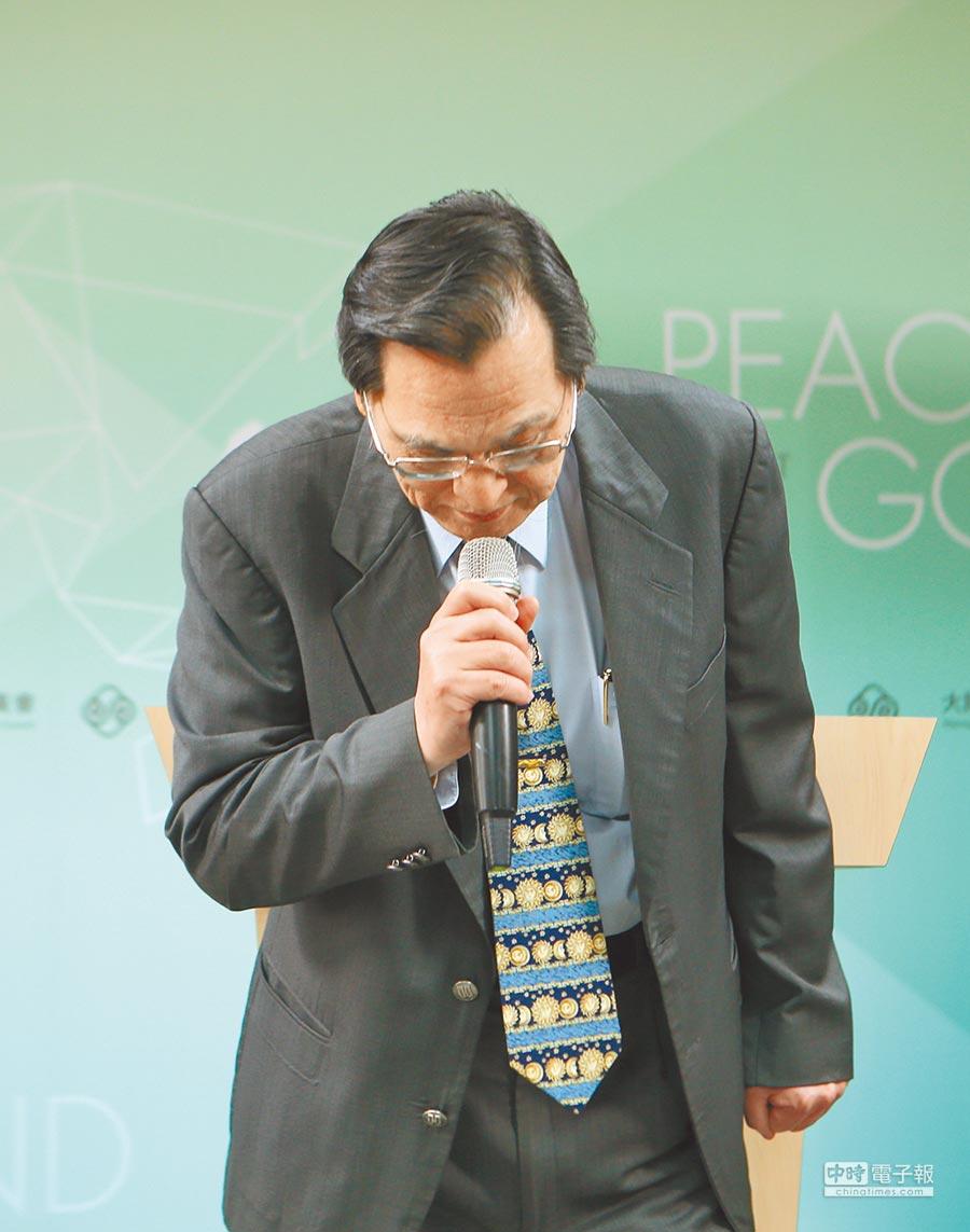 陸委會主委陳明通2日上午召開緊急記者會鞠躬道歉。(本報系記者陳怡誠攝)