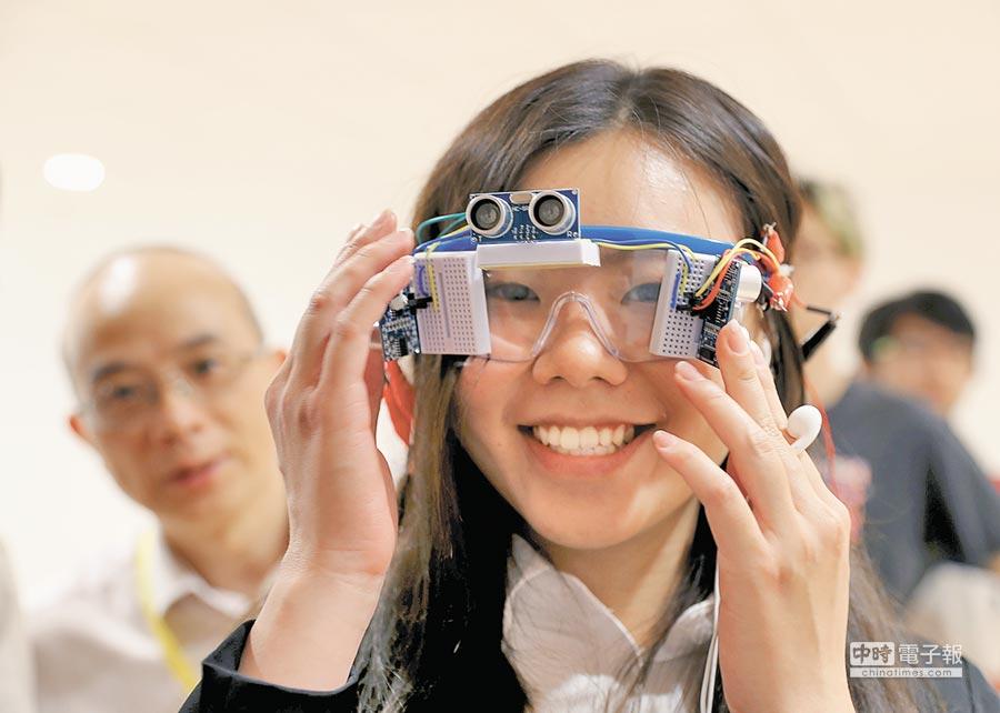 上海交大學生在夏季設計展上展示導盲眼鏡。(新華社資料照片)