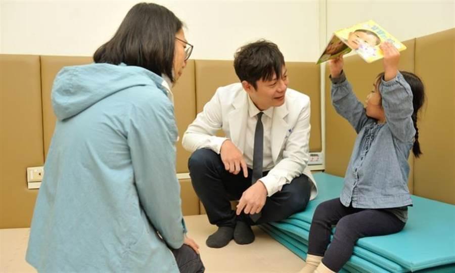 陳宥達帶領團隊,今年推出全台第一本醫師出版的臉譜書《寶寶的臉》,有望成為診間評估幼兒發展的工具。(圖/陳德信)