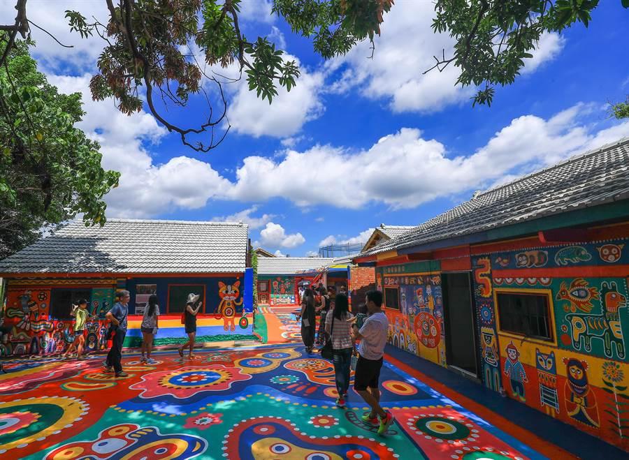 台中市美景「彩虹眷村」充滿繽紛色彩的童趣,吸引很多遊客。(盧金足攝)
