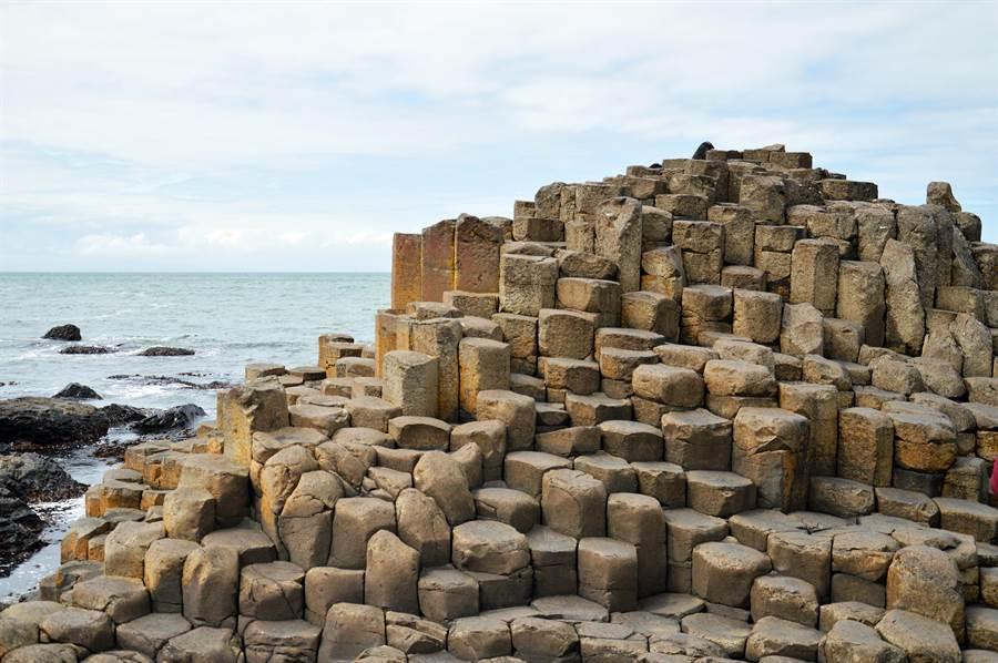 巨人堤道由4萬根六角形石柱組成(圖/達志影像)