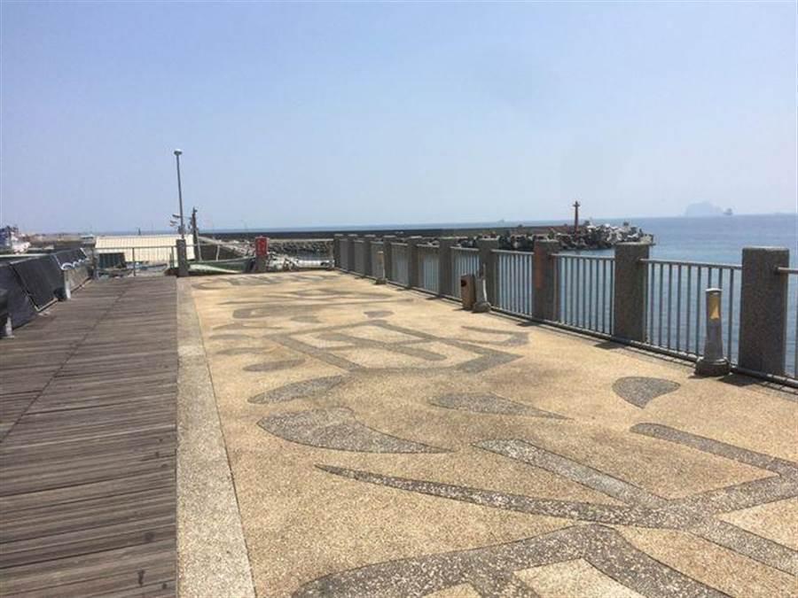 登上景觀平台,眺望維納斯海岸線美景。(新北市漁業處提供)