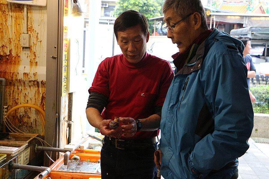 陳國賢熱情向顧客介紹各式海產。(新北市漁業處提供)