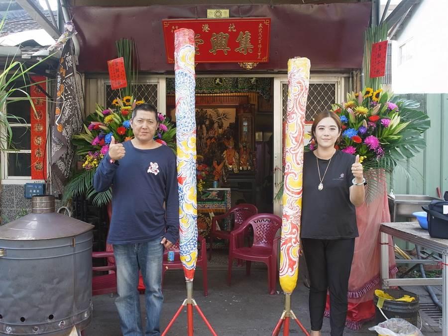 媽祖信眾蔡嘉彰(左)、馬瑋伶(右)自製「大支香」迎接白沙屯媽祖。(張朝欣攝)