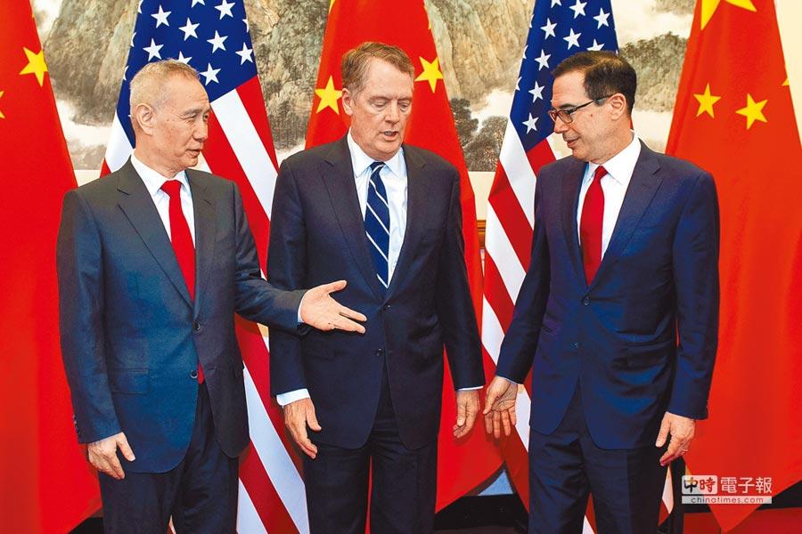 大陸副總理劉鶴(左)、美國貿易代表萊海澤(中)及財長穆努欽。圖為3月底在北京磋商時合照。(法新社)