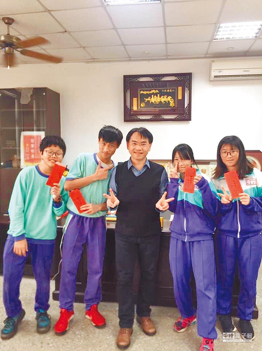 新屋區大坡國中校長黃博欽(中)選擇再連任,帶領偏鄉學生找到更多自信。(黃博欽提供)