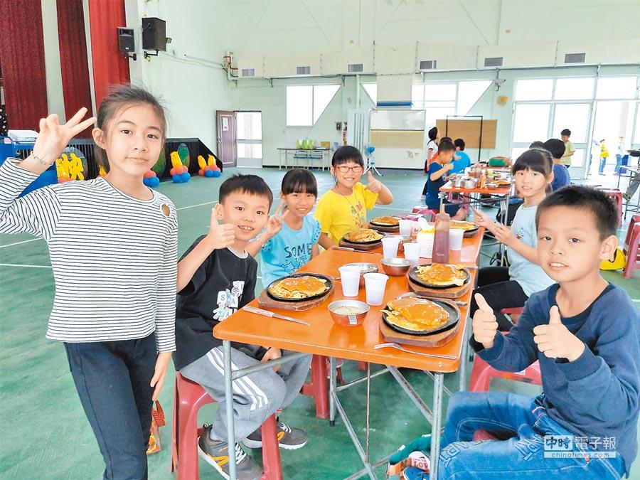 台南市官田國小3日結合食農課程進行西餐禮儀教學,全校師生一起享用豬排,也提前歡度兒童節,難得吃大餐的小朋友都很興奮。(莊曜聰攝)