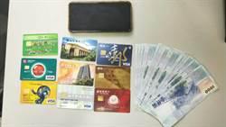詐欺車手提款遇警 9張提款卡成鐵證