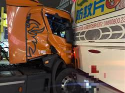疑未保持安全車距 蘆竹貨櫃車追撞2大客車