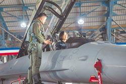 蔡首登F-16V戰機 強打軍事牌