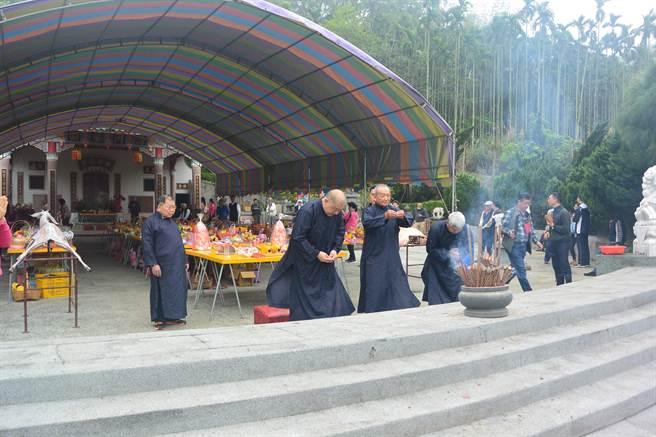 傅家在清明節掃墓,儀式依循古禮進行三獻禮,由前縣長傅學鵬主祭。(巫靜婷攝)