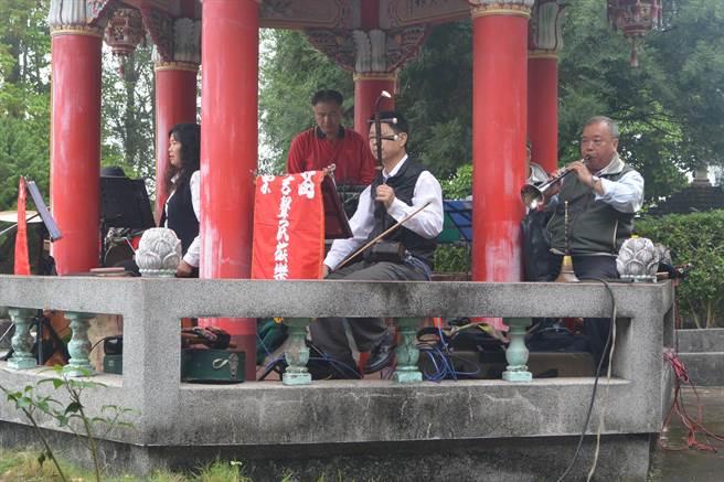 傅家清明節掃墓循古禮進行,並請來八音團演奏。(巫靜婷攝)
