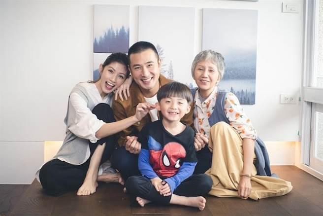 劇中飾演一家人。(民視提供)