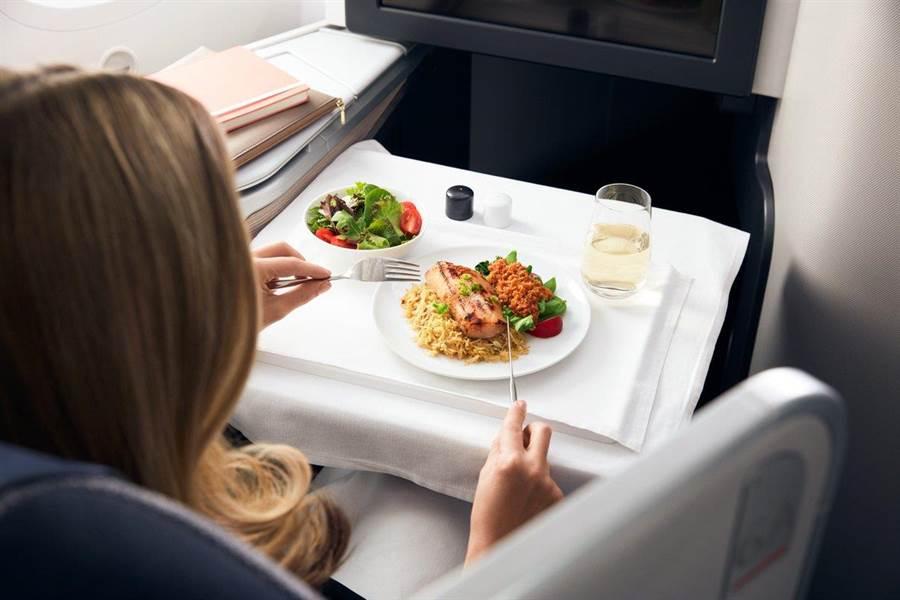 機上餐飲皆請來名廚與侍酒師設計,在機上也能有講究的饗宴。圖:加航提供
