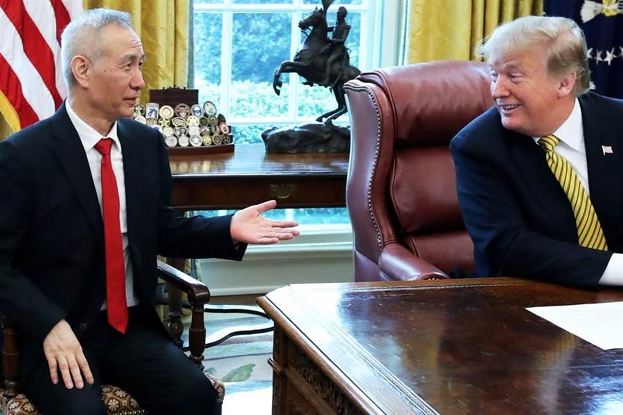 美國總統川普4日在白宮會晤大陸國務院副總理劉鶴。(圖/美聯社)