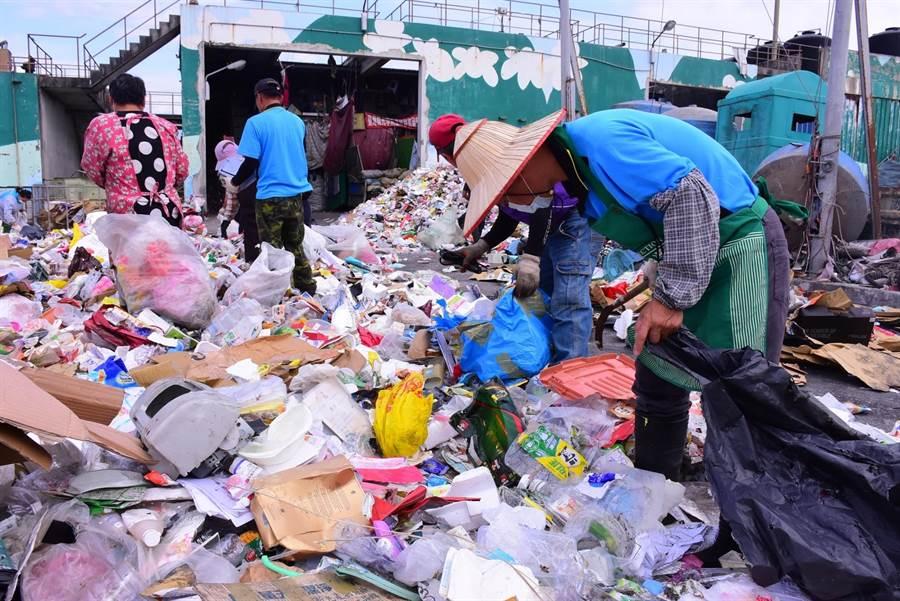 塑膠袋回收率不到1成,環保署表示,將簡化塑膠袋材質、透過顏色區隔,及推動作為燃料使用等方式,提高塑膠袋回收率。(報系資料照/張祈翻攝)