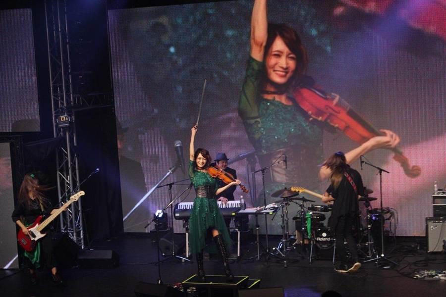 近日抖音爆紅歌曲《告白之夜》就是Ayasa的創作(圖/翻攝自推特/@AyAsA_violin)