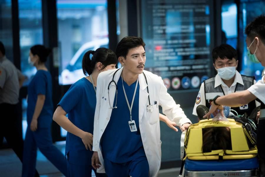 公共電視5月將推出全新醫療劇「生死接線員」,由演員曾少宗(中)飾演男主角、創傷科外科醫師江君皓,醫療顧問還要他「表現出殺氣」。(公視提供)