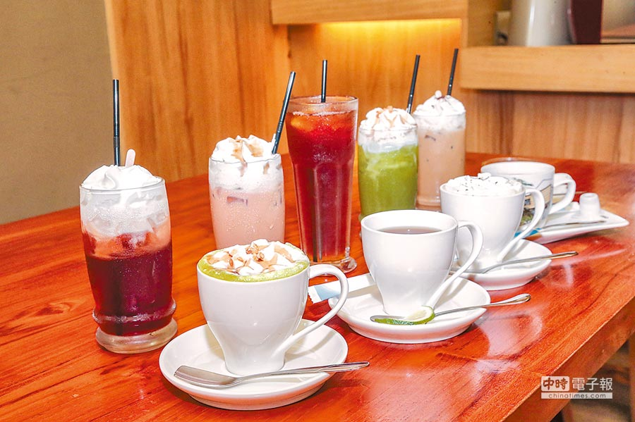 火鍋隨餐附贈的咖啡茶飲選項十分豐富。(盧禕祺攝)