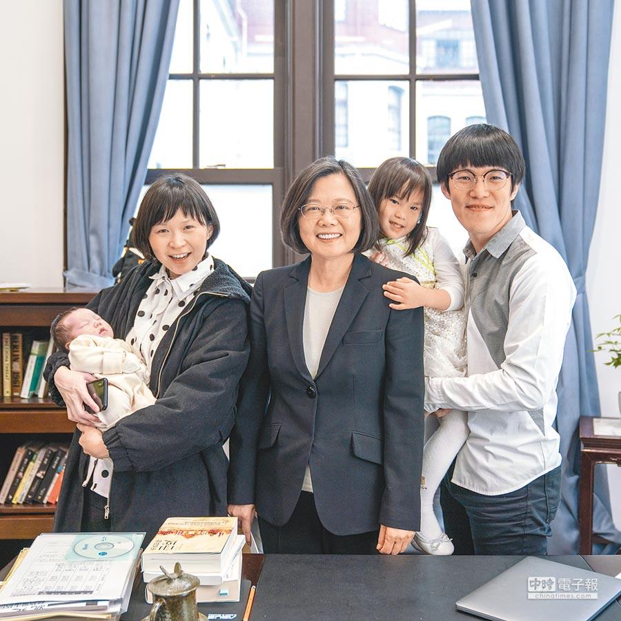 蔡英文(中)首次獻出MV出演及獻聲處女作,和YouTuber「Mom&Dad」合作。(總統府提供)