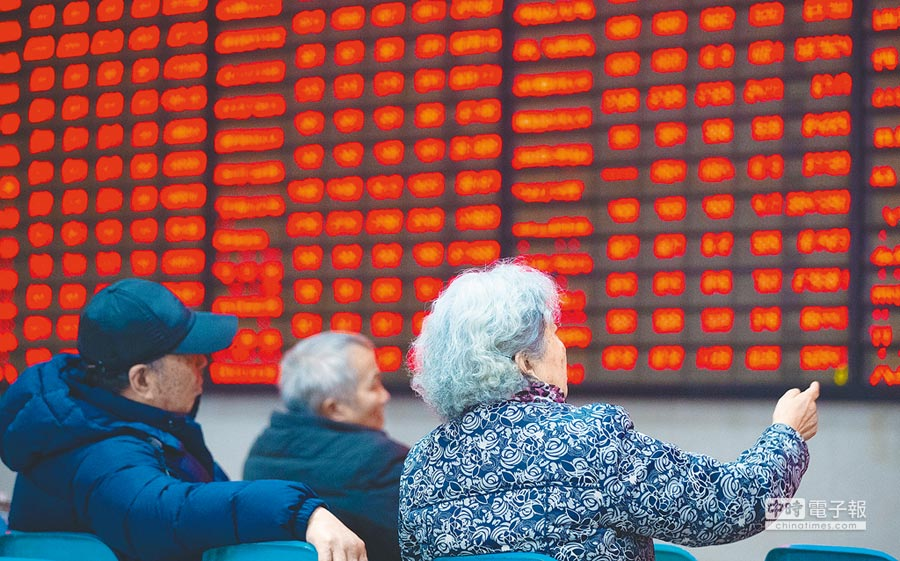 股民在南京一家證券營業廳關注股市行情。(新華社資料照片)