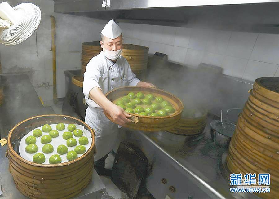 4月2日,點心師傅將蒸製好的青團取下來。(新華社)