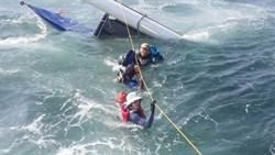 巨浪掀翻帆船及救生艇 5人落海驚險救回