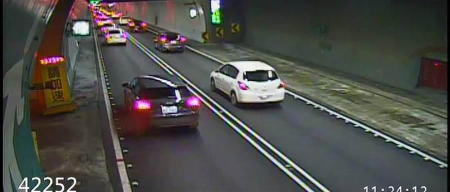 國道五號雪山隧道6日上午已湧現大量北返車潮。(坪林交控中心提供)