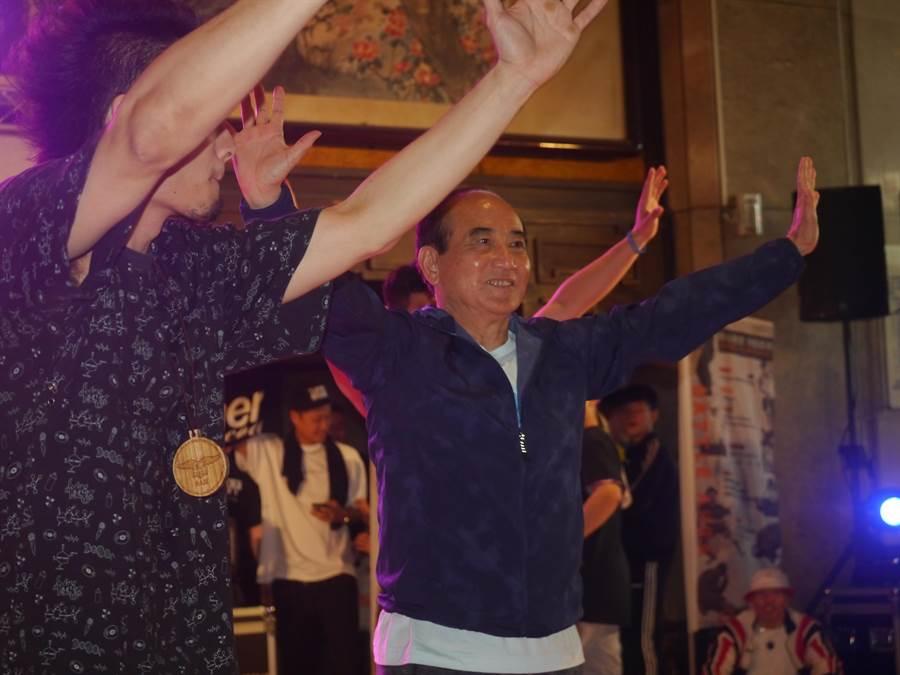 立委王金平今(6)日到基隆參加街舞表演,自己也下海跳舞,被主持人笑稱是「街舞界的阿雅」。(張穎齊攝)