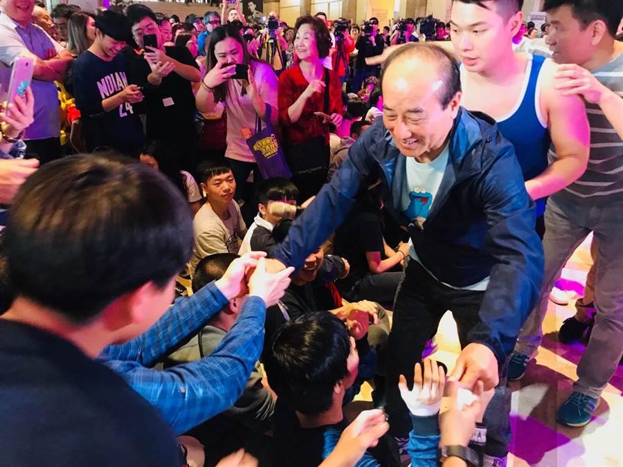 立委王金平今(6)日到基隆參加街舞表演,受到年輕人的歡迎。(張穎齊攝)
