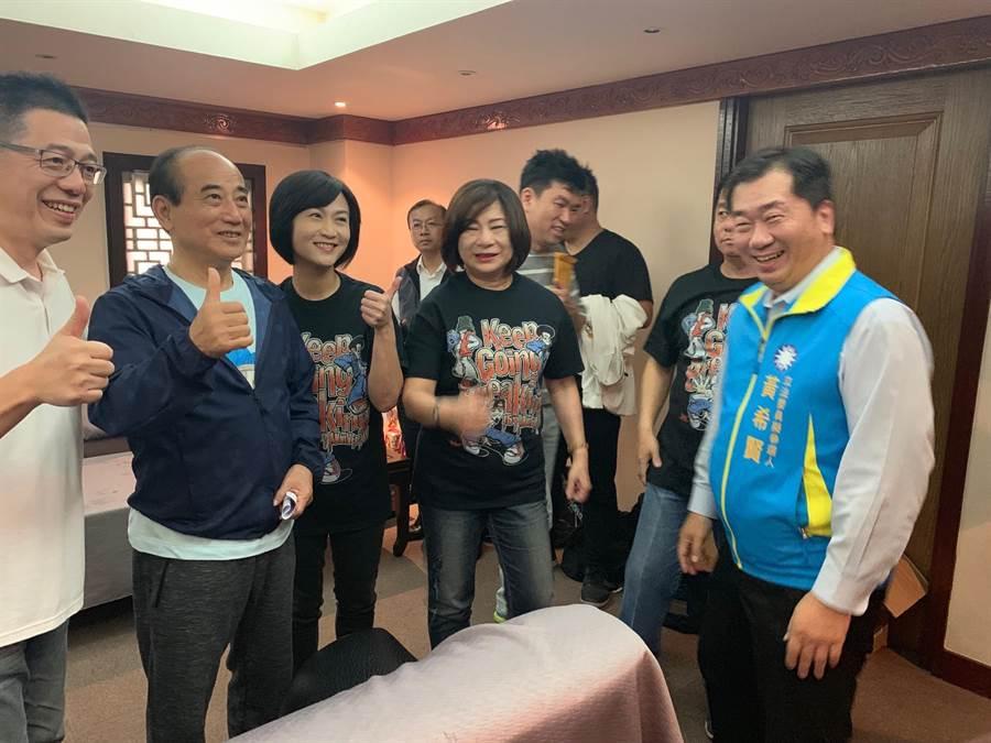 立委王金平(左二)與國民黨基隆市黨部主委黃希賢(右一)等基隆地方人士相見歡。(張穎齊攝)