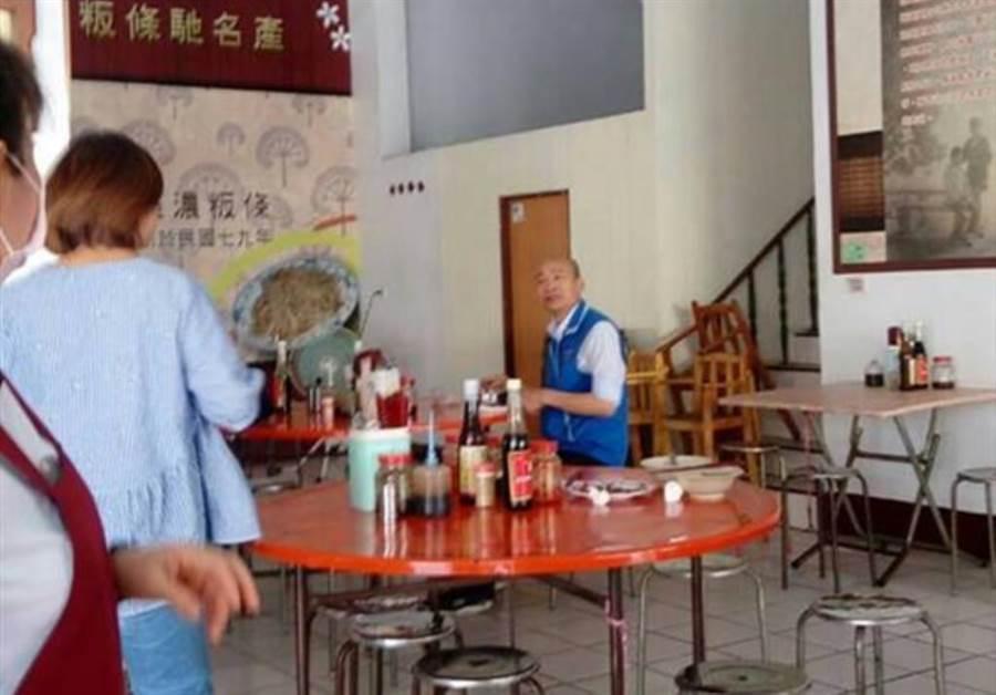 韓國瑜去年6月在高雄市一家餐廳孤單吃麵。(翻攝「韓國瑜後援會」社團)