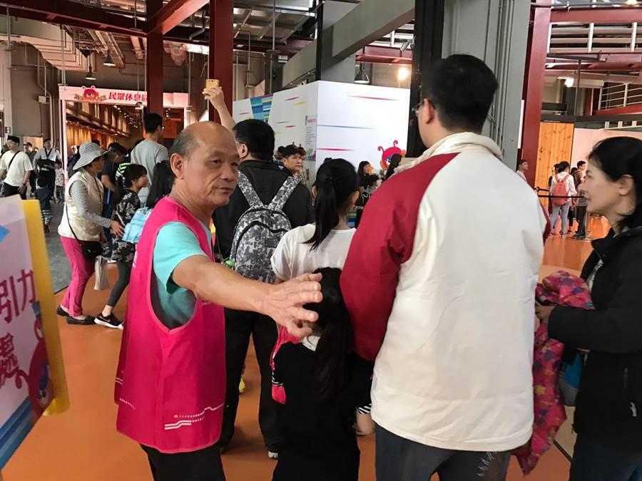 新竹市兒童藝術節-風的運動場活動為期4天,不乏志工熱心解說、維護秩序的身影。(莊旻靜攝)