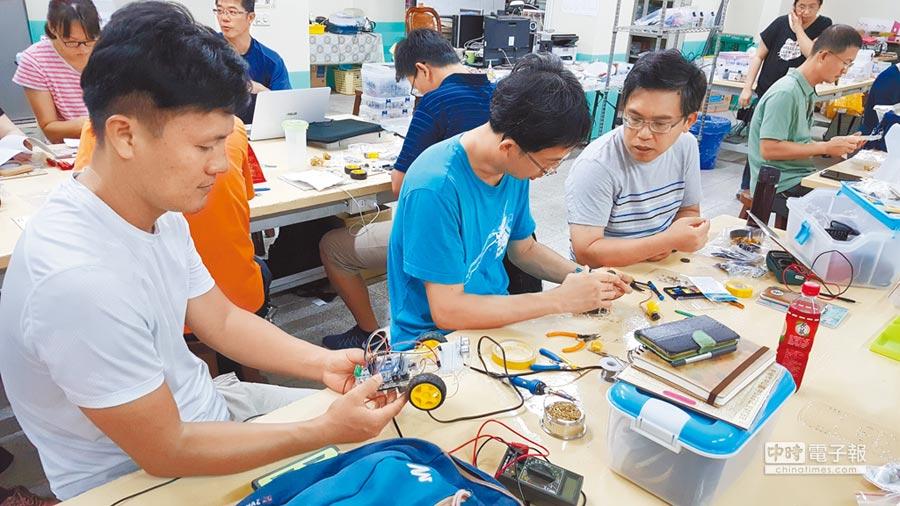 12年國教課綱在國高中階段新增科技領域,高師大開設增能學分班,讓在職教師進修。(教育部提供)
