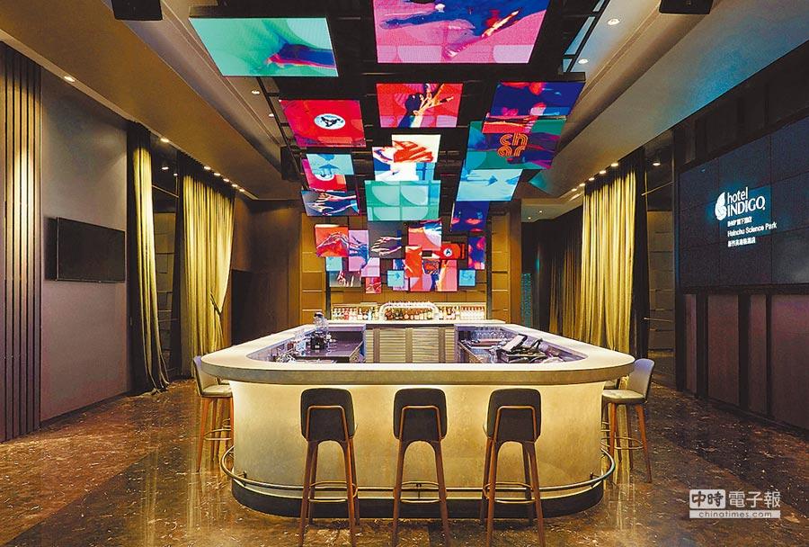 CHAR Bar上方有以30張LED螢幕拼接出的巨型懸吊裝置,播放結合科技和藝術的影像,潮感十足。圖片提供新竹英迪格酒店