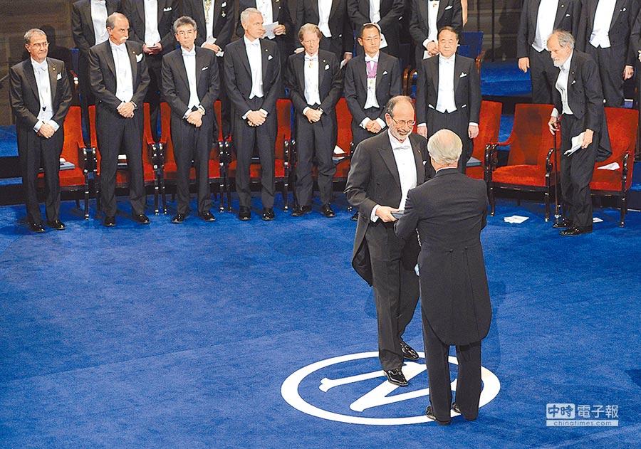 2012年12月10日,美國經濟學家阿爾文.羅思(前左)從瑞典國王卡爾十六世.古斯塔夫手中領取諾貝爾經濟學獎。(新華社)