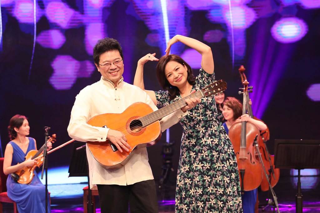 楊貴媚與《台灣的聲音》主持人李哲藝。(民視)