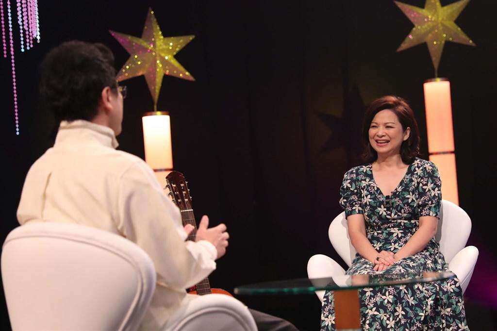 楊貴媚接受《台灣的聲音》主持人李哲藝專訪。(民視)