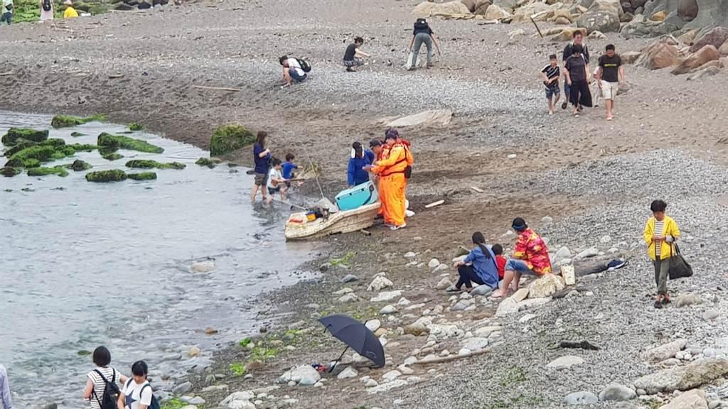 釣客於潮境公園保育區違法釣魚,遭海巡人員取締。(游昊予翻攝)