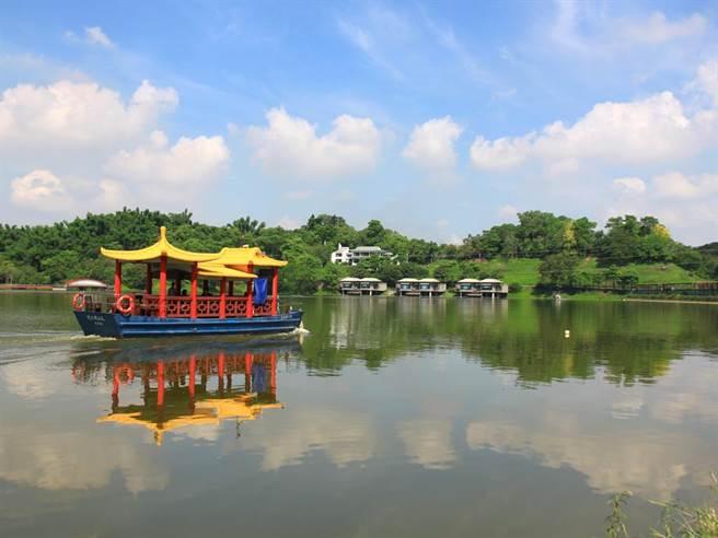 位於台南柳營區的尖山埤江南渡假村,以幽靜的湖光山色著稱,還有許多休閒設施。(劉秀芬翻攝)