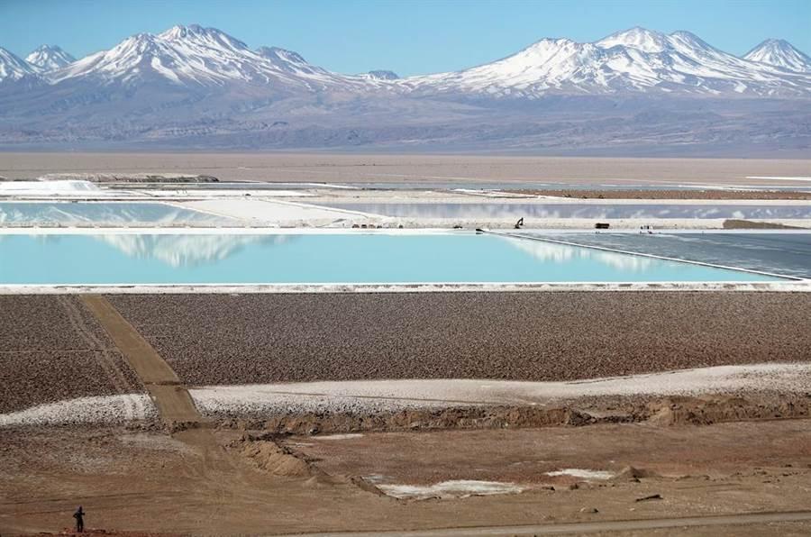 不讓中國大陸專美於前,路透社獨家報導,美國政府將在5月上旬召集車商、礦商代表,商討建設美國境內電動車材料供應鏈策略。圖為美商雅寶化學(Albemarle Corporation)位在智利的鋰礦鹽水池。(圖/路透社)