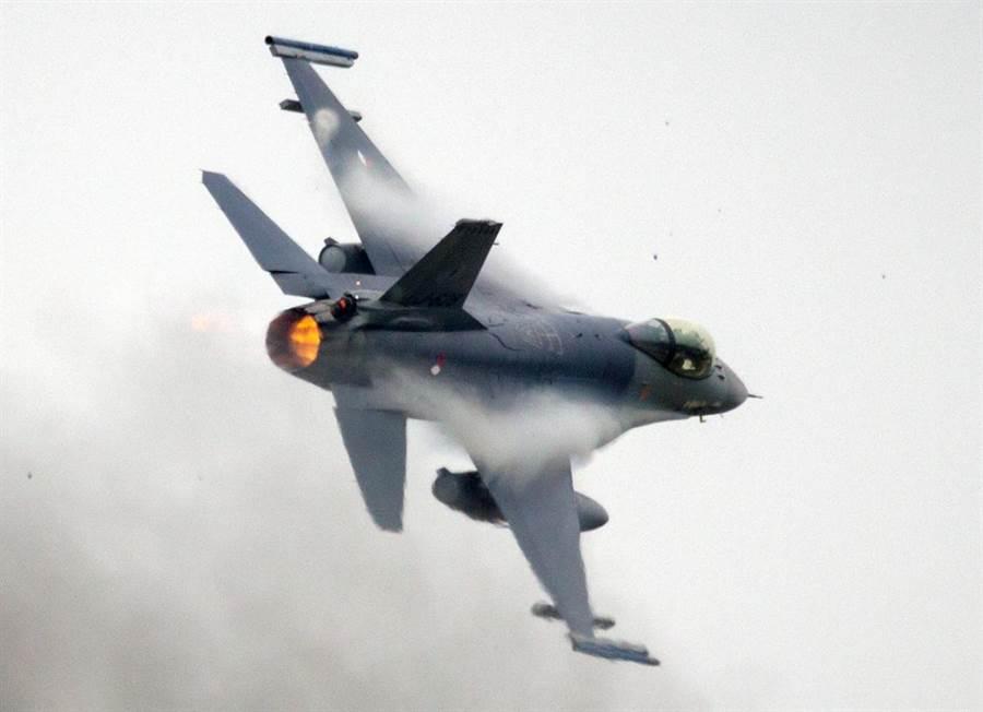 一架荷蘭皇家空軍F-16戰機的資料照。(達志影像/Shutterstock)