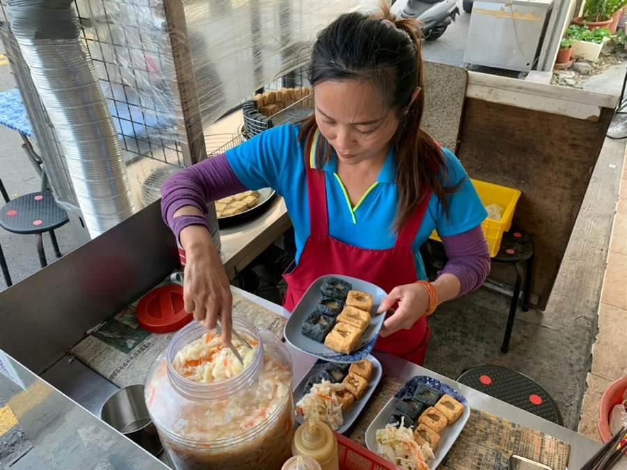 三木臭豆腐的泡菜很受消費者歡迎。(鐘武達攝)