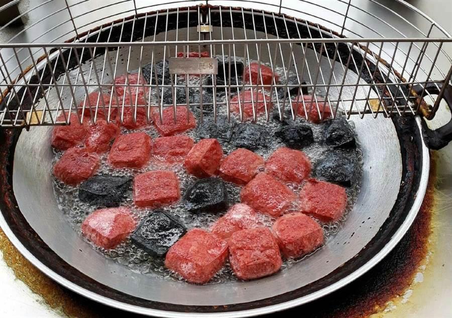 二林「三木臭豆腐」除了原味之外,還有紅、黑兩種不同顏色與口味。(鐘武達攝)