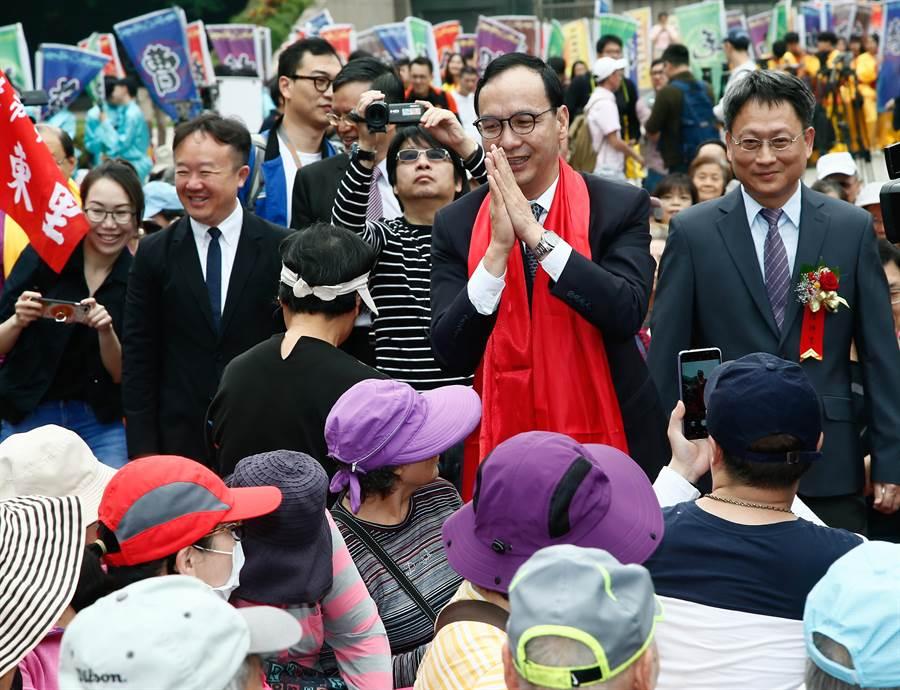 前新北市長朱立倫(右二)7日參加「己亥年公拜軒轅黃帝大典」,進場時,朱雙手合十,向民眾致意。(劉宗龍攝)