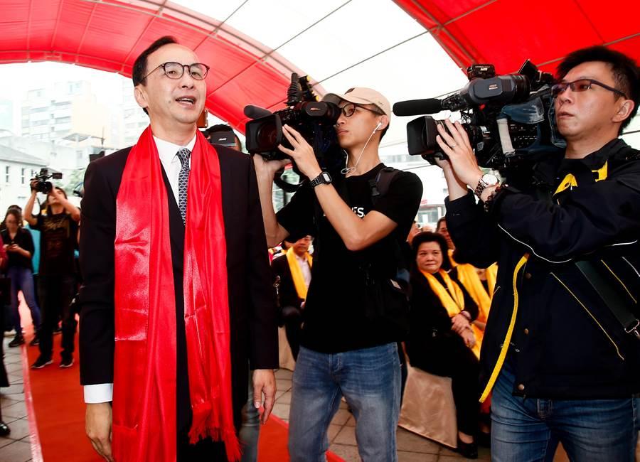前新北市長朱立倫(左)7日參加「己亥年公拜軒轅黃帝大典」,進場時,媒體們跟拍朱立倫。(劉宗龍攝)